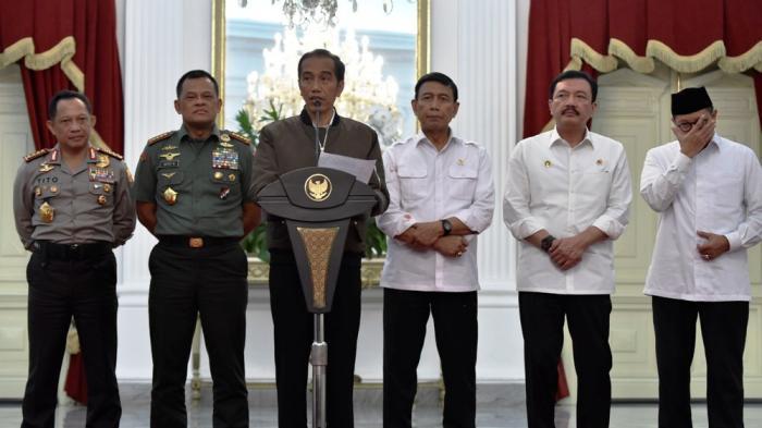 Presiden Joko Widodo didampingi para pembantu presiden di Istana Merdeka, Jakarta, Sabtu (5/11/2016) dini hari menyampaikan tanggapan terkait unjuk rasa 4 November 2016