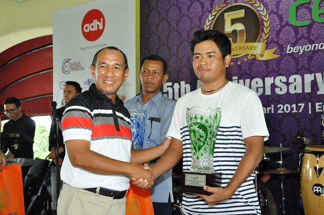 Hafith Syukri Gubernur CEPA Riau menyerahkan Piala kepada M. Rifki Alam Ramadhan Best Gross Overall yang juga sebagai Atlit Golf Amatir Nasional binaan CEPA BGC