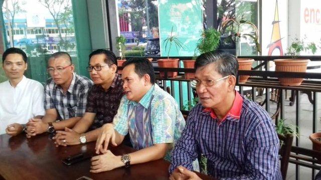 Ketua Lembaga Pengembangan Jasa Konstruksi (LPJK) Provinsi Sumsel Iwan Riadi (kedua dari kanan) didampingi pengurus lainnya.