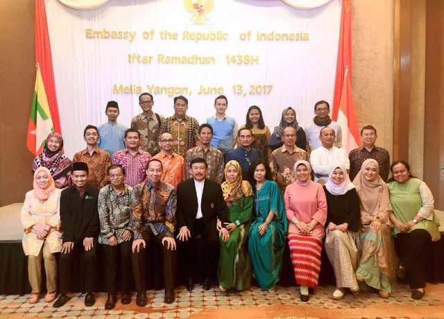 Foto Bersama Keluarga Besar Kedubes RI di Yangon - Dalam kegiatan Iftar