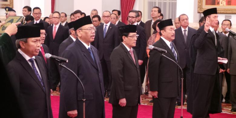 Delapan duta besar dilantik Presiden Susilo Bambang Yudhoyono di Istana Negara, Jumat (14/2/2014). Mereka adalah Budi Bowoleksono, Irman Emir Wisnandar, Moenir Ari Soenanda, Ito Sumardi, Jhonny J Lumintang, Abdurrahman Mohammad Fachir, Burhanudin, dan Supraoto Martosetomo.(Sabrina Asril/KOMPAS.COM)