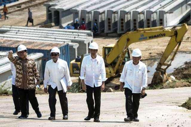 Presiden Joko Widodo (kedua kanan) didampingi Menteri PUPR Basuki Hadimuljono (kanan), Seskab Pramono Anung (kiri) dan Dirut PT Trans Jabar Tol Muhammad Sadeli (kedua kiri) meninjau pembangunan jalan tol Bogor-Ciawi-Sukabumi (Bocimi) Seksi I, Kabupaten Bogor, Jawa Barat, Rabu (21/6). Dari total panjang 54 kilometer, jalan tol Bocimi seksi I yang sepanjang 15 kilometer diprediksi selesai pada 2017, setelah proyek tersebut sempat terbengkalai sejak 1997. Foto: Antara/Rosa Panggabean