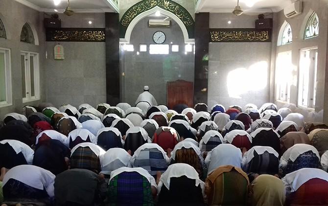 Jamaah Masjid Ghairu Jami Baitur Rahman yang terletak di Jalan Kesadaran, Cipinang Muara, Jakarta baru melaksanakan salat Idul Fitri hari ini (Desinta/JawaPos.com)