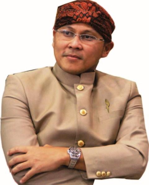 Erik Suganda - berpakaian adat Jawa Barat