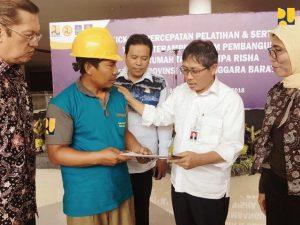 Syarif Burhanuddin Dirjen Bikon PUPR saat mengunjungi pelatihan dan sertifikasi tenaga kerja terampil pembangunan Rumah Instan Sederhana Sehat (RISHA) ~ NTB